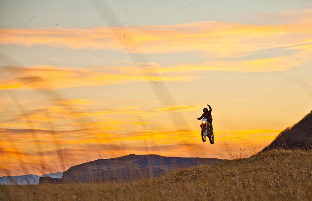 """""""Le Kamtchatka est l'une des meilleures régions pour le tourisme à moto et la moto de l'extrême. On peut rouler sur les pentes d'un volcan, longer la côte pacifique, ou traverser la toundra vallonnée et le sable noir""""."""