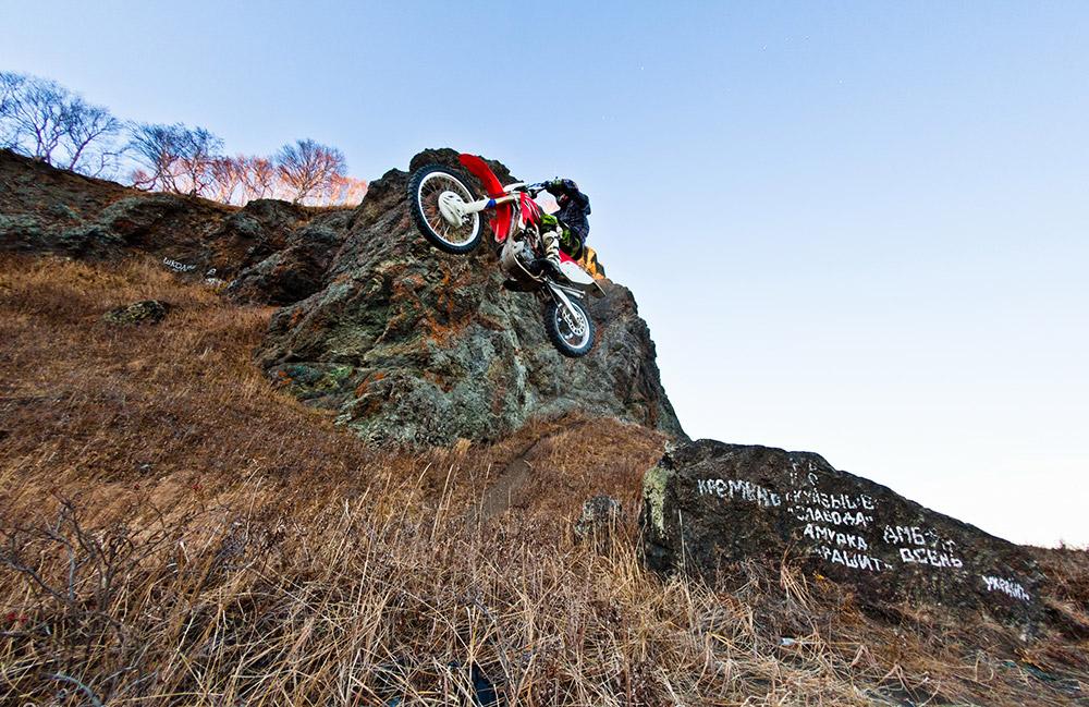 La moto est le moyen de transport idéal au Kamtchatka, car elle est dotée d'une suspension très souple, elle consomme peu, roule très vite en hors-piste, et permet d'accéder à des endroits reculés.
