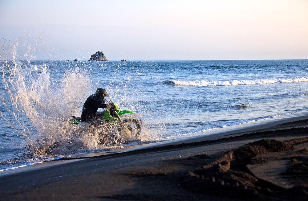 L'un des endroits les plus intéressants pour une virée à moto, c'est la côte pacifique. Le terrain est tellement varié : on peut même faire des sauts ou juste rouler dans le sable, au bord de l'eau.