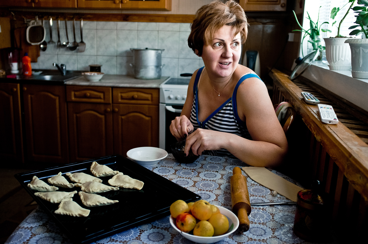 彼女の夫は、副職にも精を出している。彼は自前のバーを経営していた。彼は、そのバーは人気の場所だったという。レーナさんはそこでシェフとして働き、ウクライナ風の中華料理を作っていた。彼女は今でも優れた料理人だ。休みの日には、家族を喜ばせるために何か美味しいものをオーブンで焼く。