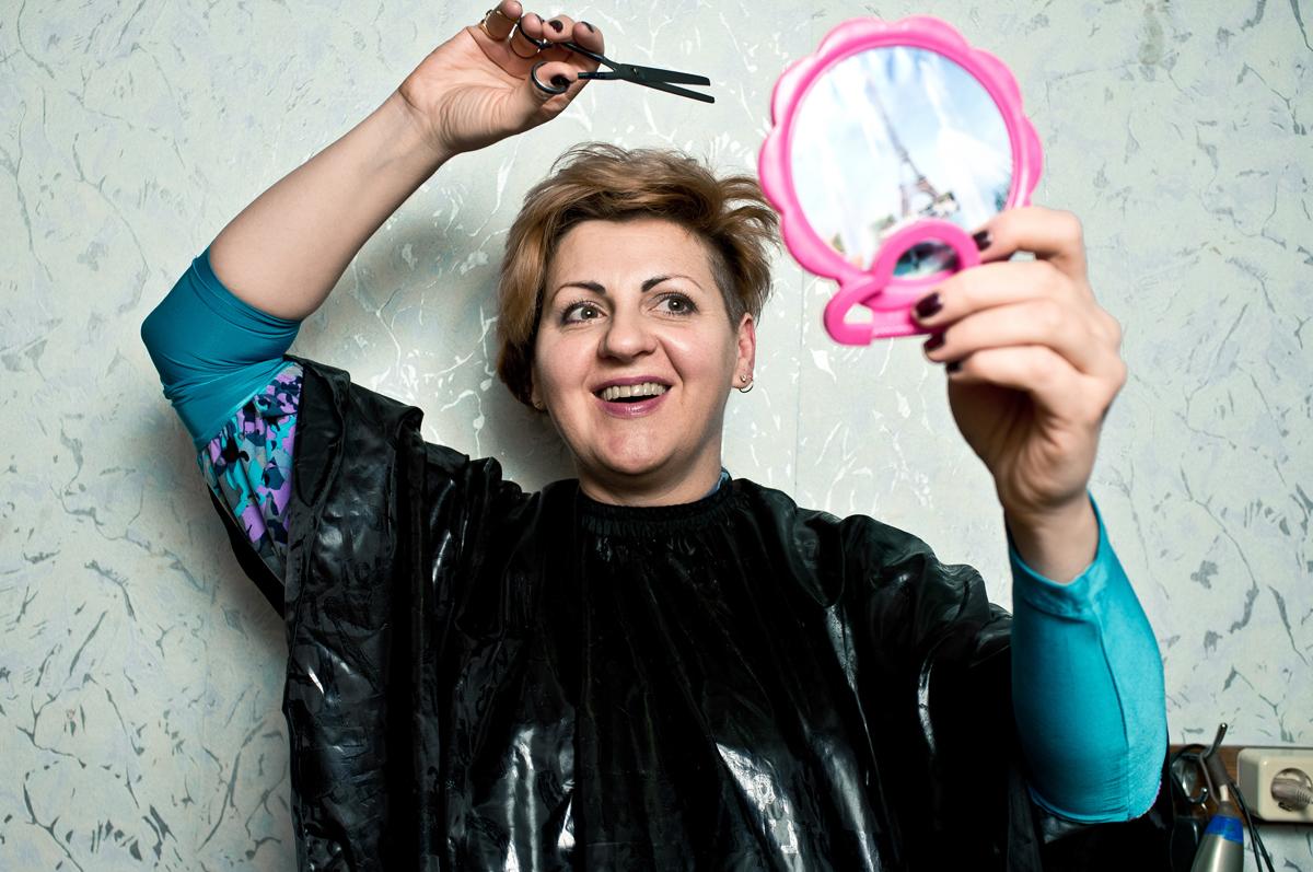レーナさんは必ず自分で自分の散髪をするが、その理由は他に美容師がいないからだけではない。自分の好みの通りにスタイルできる人が他にいないからだ。