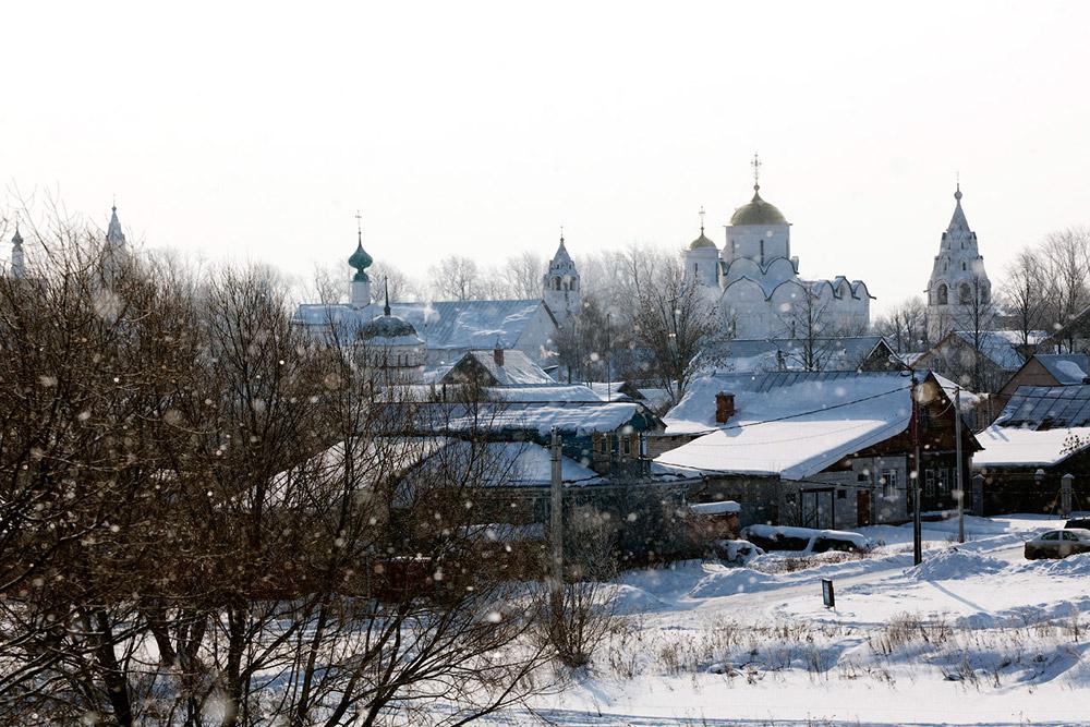 Če se slučajno znajdete v Moskvi in imate prost dan, se lahko odpravite v starodavno mestece Suzdal, ki leži samo 220 km stran. Umaknite se tipičnim turističnim potem ter okusite pristno rusko zgodovino in tradicijo v kraju, ki leži na območju t.i. Zlatega prstana.