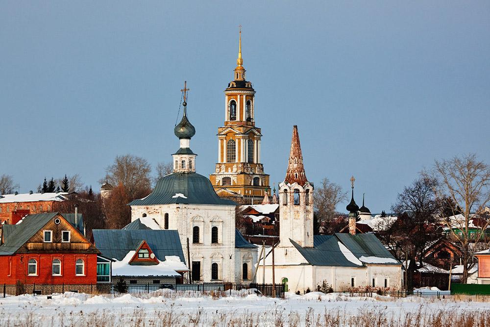 Leta 1024 je bil Suzdal duhovno središče stare Rusije, kar se očitno vidi še danes. V kraju je pet samostanov, okoli 30 cerkev in kapelic in 14 zvonikov na 9 kvadratnih kilometrih. Tukaj je več kulturnih spomenikov na kvadratni meter kot kjerkoli drugje na svetu – edino izjemu morda predstavlja Stari Jeruzalem. Na sliki: Suzdaljski pokrovski samostan priprošnje iz 16. stoletja. Tukaj so zapirali tudi nekatere plemiče, ki so jih prisilili, da postanejo nune in menihi.