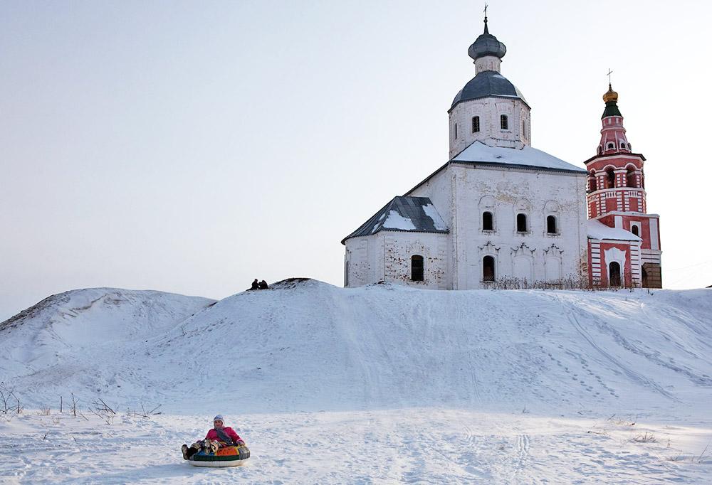 Z vrha te vzpetine je mogoče videti veličastno panoramo, ki vključuje vijugajočo reko, polja in gozd v daljavi – pravo rusko naravo. Od tukaj lahko vidite tudi dva samostana in deset cerkev. Toda previdno: veliko težje se je od tukaj spustiti, kot pa splezati gor. Pozimi se je lažje spustiti. Na voljo sta napihljiva cev ali ruski način – smuči.