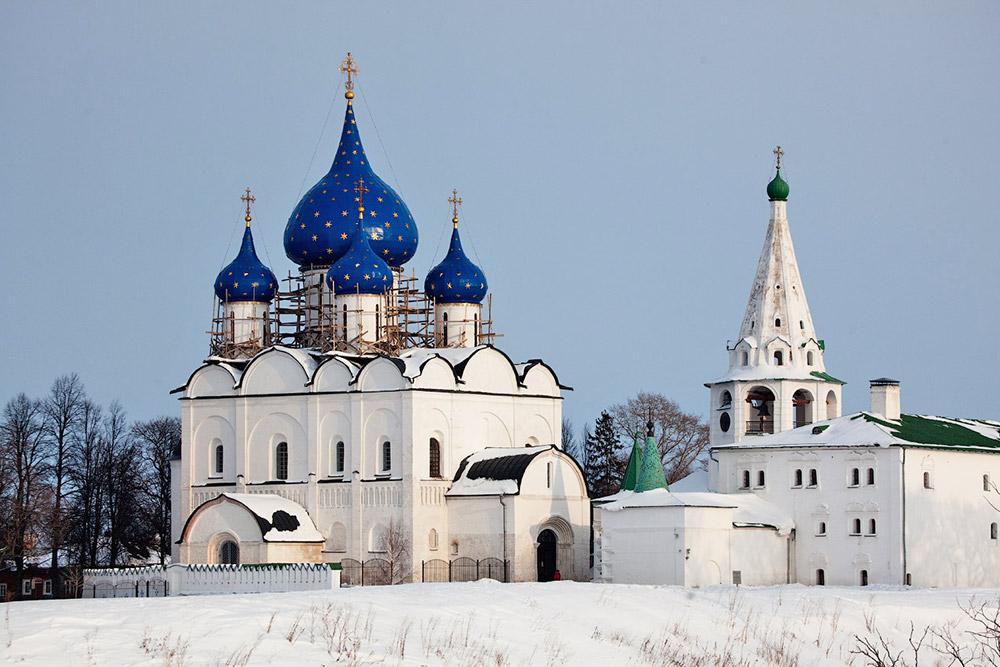 Najstarejši del mesta in jedro Suzdala predstavlja suzdaljski Kremelj. Arheologi pravijo, da obstaja že od 10. stoletja. Na prehodu v 11. stoletje so na tem mestu zgradili trdnjavo z zemeljskim nasipom v dolžini skoraj 1,5 kilometra, nad tem »obzidjem« pa so bdeli leseni zidovi in stolpi. Znotraj zidov Kremlja sta živela plemstvo in visoka duhovščina s celotnim spremstvom. Poleg Kremlja so se do danes ohranili zemeljski jarki in številne cerkve.