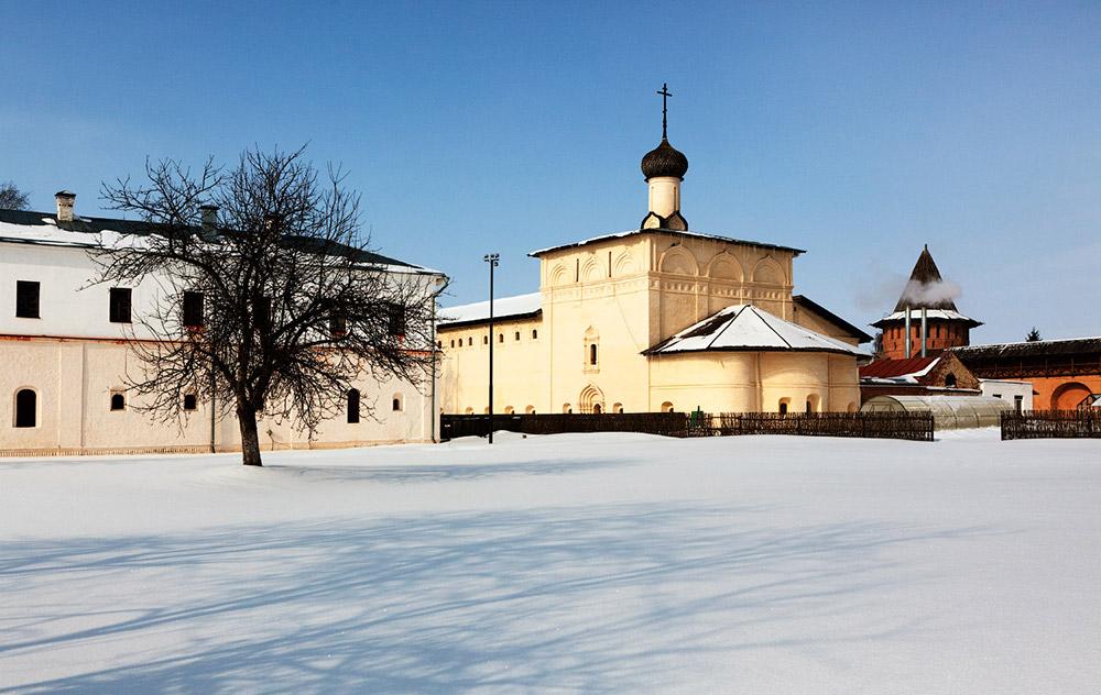 Suzdal je ena od najbolj priljubljenih destinacij na turistični poti po Zlatem prstanu. V Suzdalu lahko spoznate stari Kremelj, srednjeveško orožje, tradicionalne lesene koče, okusno hrano in svežo medico.