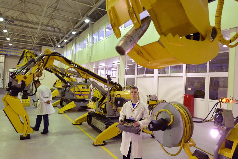 Estos aparatos están adaptados para trabajar en espacios cerrados, así como en ambientes corrosivos o radioactivos y están equipados con manipuladores e instrumental reemplazables: diferentes agarres, palas excavadoras, cizallas y martillos hidráulicos.