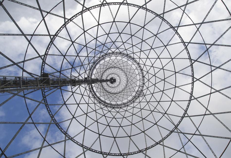 技術者のウラジーミル・シューホフは格子状の独特な鉄製建築物を数多く作った。双曲面の塔、吊り構造の骨組みやアーチ状の骨組みなどが特筆すべきものだ。//シューホフスカヤ塔、モスクワ