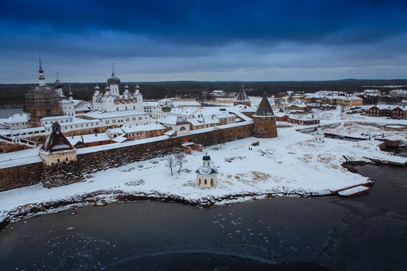 ロシア北西部、アルハンゲリスク州の白海にあるソロヴェツキー諸島はロシア初のグラグ(矯正労働収容所)として知られているが、現在は毎年数千人もの観光客と敬虔な信者が、数世紀前からある修道院と美しい光景を求めてやってくる。