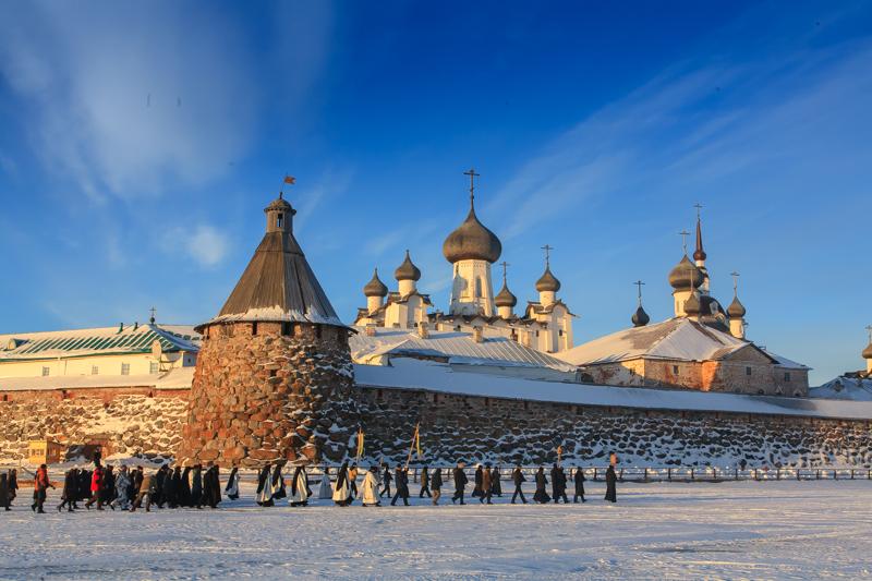毎週日曜日、村では祝祭がある。協会の旗を掲げ、歌を歌いながら行進する人々が修道院で長い列を作る。鐘は鳴り、教区民はイコンを持ち、神父達が聖水を人々に撒く。