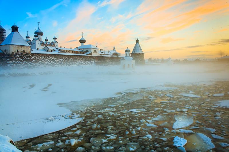 夏の間(6月と9月は寒すぎるので7月と8月のみ)、ソロフキの住人の5人に4人が観光に携わっている。一般の人も僧侶も、ひっきりなしに訪れる観光客の相手をする。住人一人に対して観光客人は30人にもなる。冬の間、間接的に観光業界で働く人は一握りだ。
