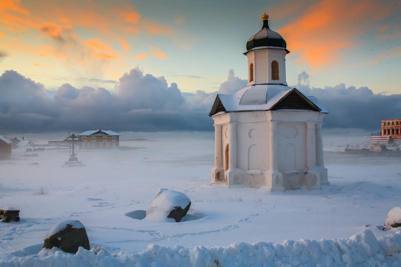 冬に諸島を訪れる人は10人程である。全て順調なら、スノーモービルでセキルナヤ山、「交渉の岩」やムクサルマ島に行ける。諸島の他の島へ行く術は全くない。雪に覆われたソロヴェツキー村を訪れると閉鎖された土産店、雪に埋もれたレンタル自転車の店や鍵がかかったホテルとカフェがある。