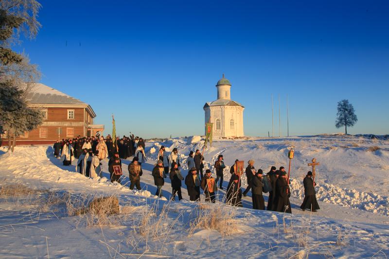 ソロヴェツキー修道院は北部ロシアを開拓する為の植民地であった。裕福で影響力がある修道院は独自の学校、工場、陸軍と海軍を持ち、自治区の様に独立していた。その図書館は、帝政ロシア有数の貴重なものであった。