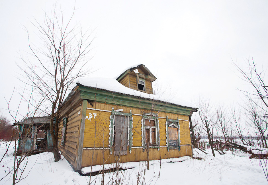 The police don't patrol here, but arrivals here have nothing to fear. Many people rent their homes to illegal immigrants. Some houses are simply abandoned. Their owners have either died or moved. To be fair, there are several respectable looking buildings in this village, but they are few and far between...