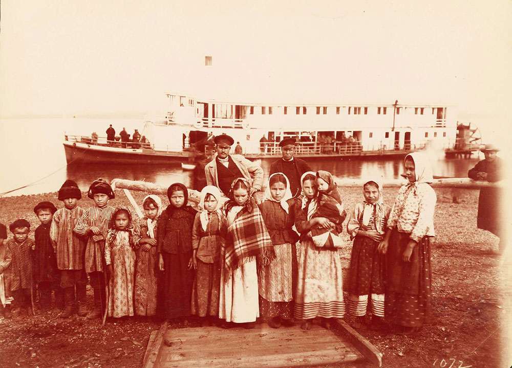 O custo da construção da Transiberiana de 1891 a 1913 totalizou 1.455.413.000 rublos (valor de 1913). O projeto todo foi financiado pelo tesouro russo, sem recursos estrangeiros. / Um grupo de crianças cossacas na fronteira com a Manchúria.