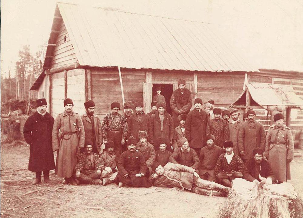 Muitos criminosos foram enviados pelo governo para trabalhar na construção da ferrovia na Sibéria. / Abrigo para condenados a trabalhos forçados.