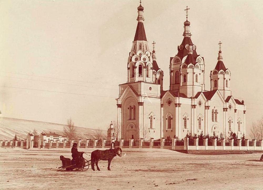 As maiores cidades ao longo da ferrovia são Vladivostok, Khabarovsk, Irkutsk, Iekaterinburgo, Nijni Novgorod e Moscou. O novo sistema de compra de passagens tornou possível fazer um itinerário turístico e passar alguns dias em cada uma dessas cidades. / Um cossaco percorrendo a cavalo o trecho de Moscou a Tchita (6.200 km).