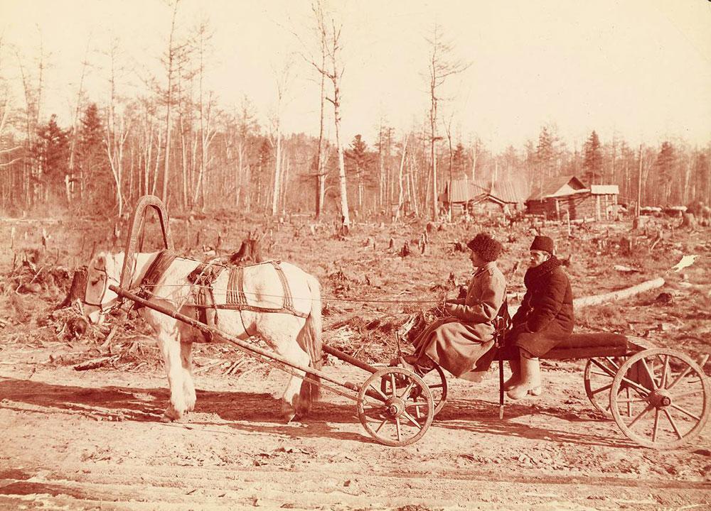 Entre 1894 e 1896, o artista e fotógrafo William Henry Jackson foi financiado pelo Comitê Mundial de Transporte para percorrer a extensão da ferrovia em construção, deixando mais de 25.000 imagens. / Esses veículos eram usados por empreiteiros durante a construção da ferrovia no leste da Sibéria.