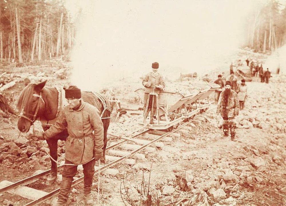 Službeni početak izgradnje bio je 19. svibnja 1891. (31. svibnja po tadašnjem julijanskom kalendaru; gregorijanski kalendar usvojen je u Sovjetskom Savezu 1918.) blizu Vladivostoka (9100 km udaljen od Moskve). Postavljanju temelja prisustvovao je carević Nikolaj Aleksandrovič, budući car Nikolaj II. / Izgradnja željeznice u Sibiru