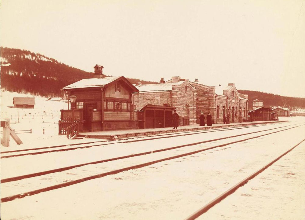 Na realidade a construção começou antes disso, no início de março de 1891, com a construção do trecho Miass-Tcheliabinsk no sul dos Urais. / Estação de Miass.