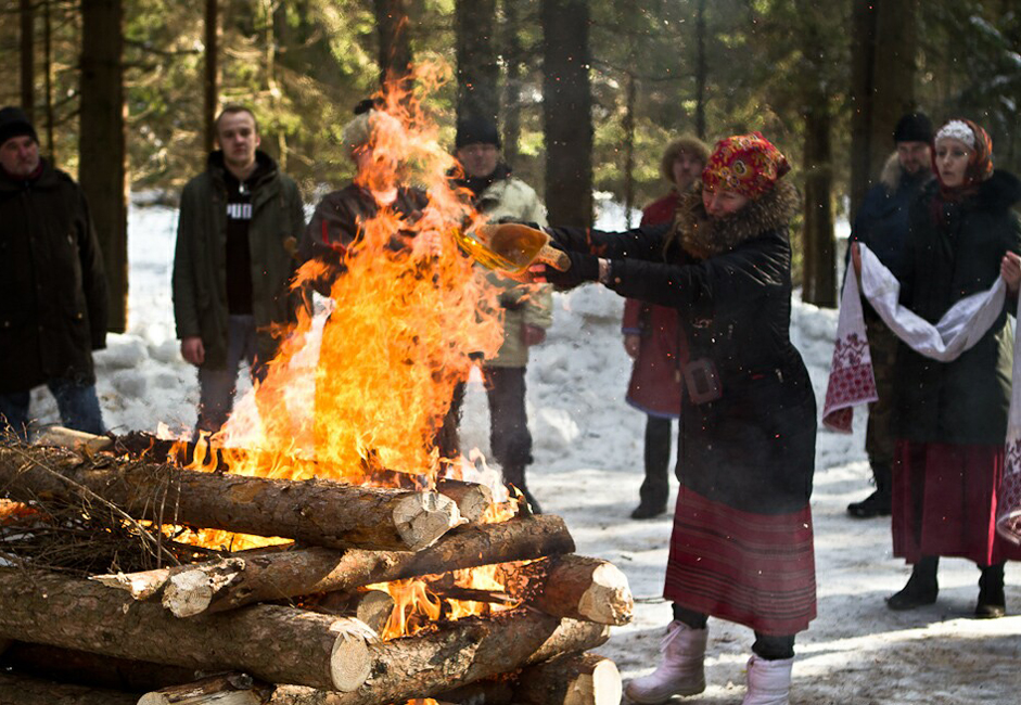 On versait un peu de kvass sur le feu en sacrifice aux dieux et en offrande aux ancêtres des Slaves, puis venait le rituel d'enflammer du pain et des crêpes.