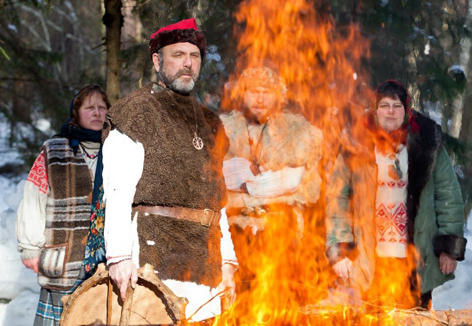 L'autre nom slave donné à Maslenitsa est Komoeditsa, nom dont de nos jours on ne se souvient que dans des villages reculés de Biélorussie. « Kom » était un autre mot pour « ours ». Celui qui « mange le miel » était considéré comme l'ancêtre de l'homme, et il incarnait le dieu du bétail, Veles, à qui on offrait des cadeaux pendant la fête de Komoeditsa. Les crêpes, symbole du soleil et du printemps, étaient particulièrement prisées.