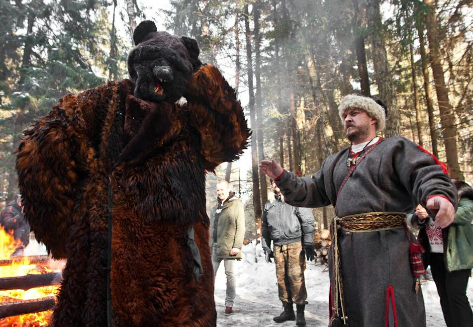 Au sens strict, Komoeditsa ou Maslenitsa n'est pas seulement une fête du printemps, mais également de l'ours.