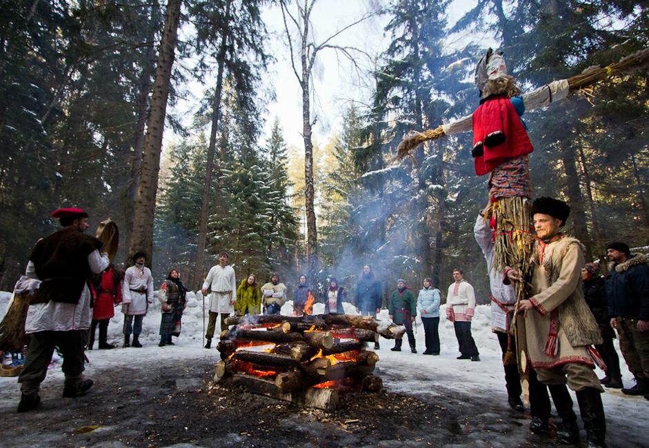 Et comment fêter Maslenitsa sans l'effigie ? Pour les païens, les effigies étaient imprégnés d'une signification profonde : ils ne représentaient pas l'hiver comme pensaient à tort les chrétiens, mais Marena (ou Marzanna) était l'incarnation du mal et de la mort. Cette déesse slave était associée aux changements des saisons et au passage du jour à la nuit. Apaisée toute au long de l'année, ce n'est que durant la fête de Maslenitsa que Marena devenait l'objet des représailles pour les Slaves.