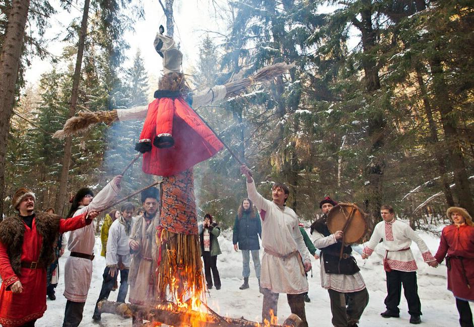 Tout le monde se mettait en cercle et dansait en rond autour d'un feu de joie dans lequel on faisait des offrandes aux ancêtres et on brûlait la Marena.