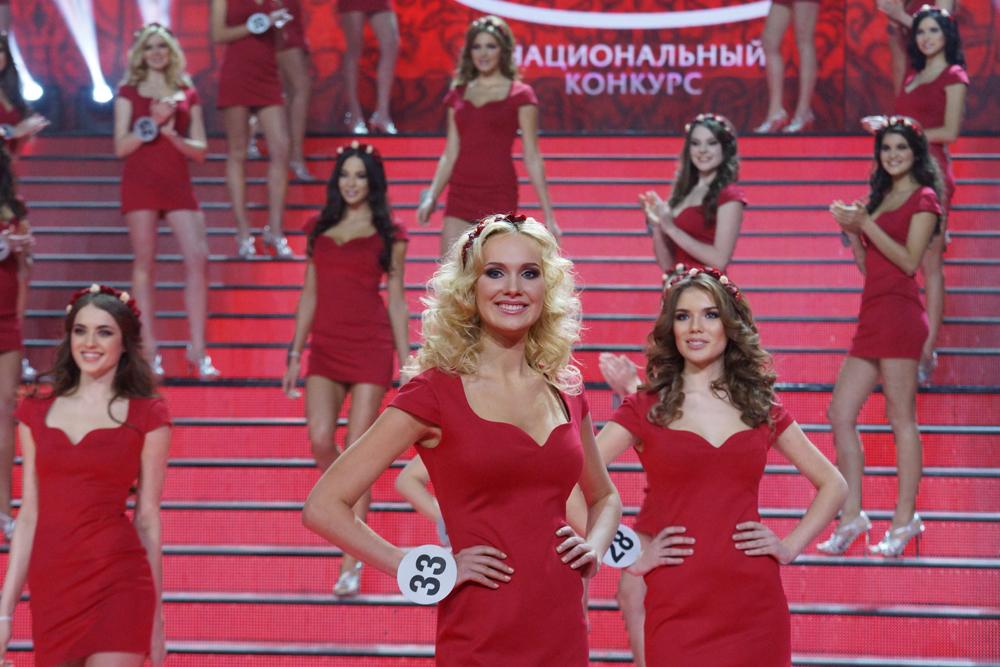 最終選考には50人の若い女性が残った。第一ラウンドでは赤いドレスと花輪を身につけて登場した。