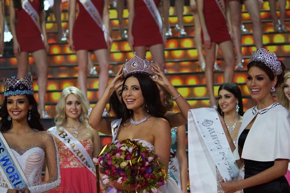 Pemenang kompetisi Yulia Alipova menerima mahkota emas putih bertatahkan berlian dan mutiara. Alipova akan mewakili Rusia dalam kompetisi internasional.
