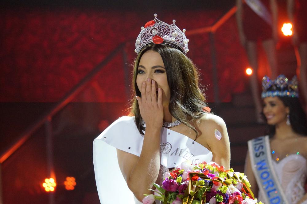 Yulia juga menerima hadiah berupa uang tunai sebesar US$ 100.000 dan sebuah mobil.