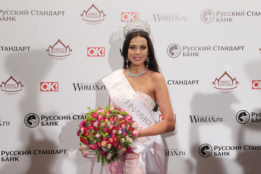 Yulia Alipova memiliki dua gelar akademis dari Moscow Energy Institute yakni di bidang teknik elektro dan penerjemahan bahasa Inggris. Alipova juga lulus dengan pujian dari lyceum (setingkat Sekolah Menengah Atas) jurusan fisika dan matematika.