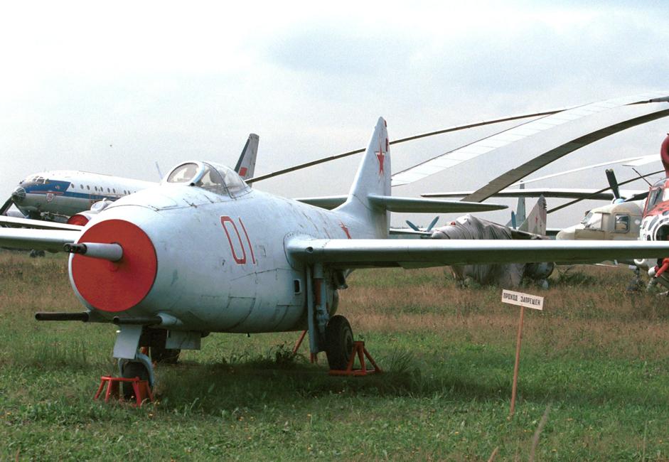 """MiG-9 je bio prvi lovac opremljen mlaznim motorom, razvijen u konstrukcijskom birou OKB """"Mikojan"""" neposredno poslije Drugog svjetskog rata. Koristio je motore proizvedene na bazi njemačkog motora BMW 003."""