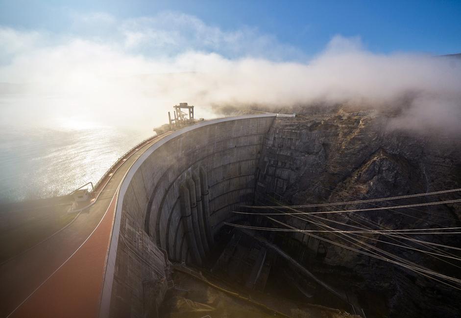 チルキー水力発電所は、ダゲスタン共和国のスラク川流域にある。それは北カフカス最大の水力発電所であり、ロシアで最も背の高いアーチダムである。この発電所は幅の狭いチルキー峡谷に 建てられたが、その深さは200メートルを超え、底の部分の幅は12〜15メートル、水面の幅は300メートルに及ぶ。