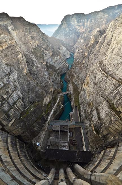 ダムの最長部分の高さは232.5メートルあり、軸の棟の長さは338メートルである。チルキー水力発電所は、ロシアにある3つのアーチダム型発電所のうち最大である。