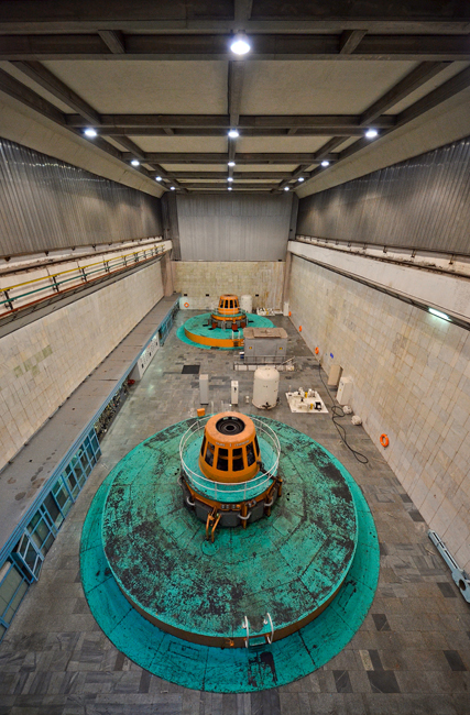 この発電所の2列に配列された水力発電装置と給水管は、他の水力発電所には見られない独特の技術的ソリューションだ。これは、峡谷の傾斜の険しい側まで発電所の建物を伸ばさずにすませ、その長さを短縮する目的で導入された。