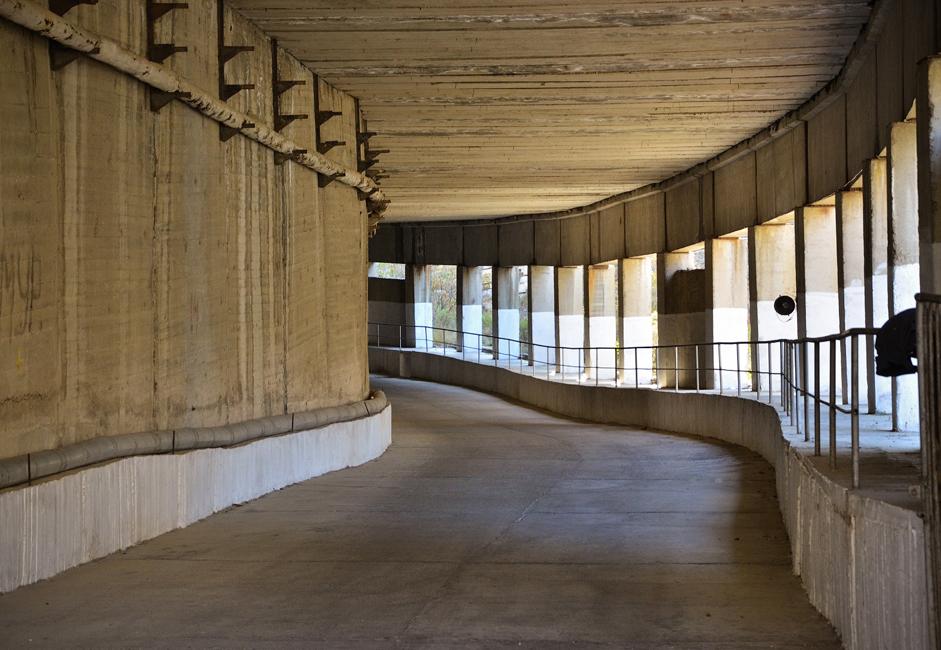 水力発電所へは、この川の右岸に沿って走る長さ800メートルのトンネル道を通って到達することができる。
