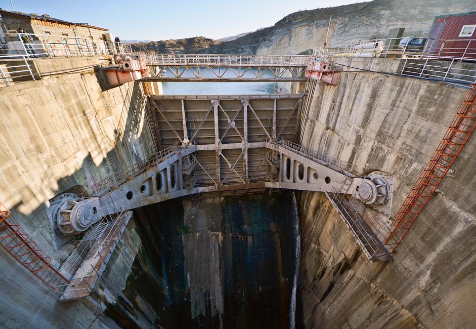 放水路の最大流水量は2400〜2900立方メートルである。チルキー・ダム周辺の気候は乾燥している。