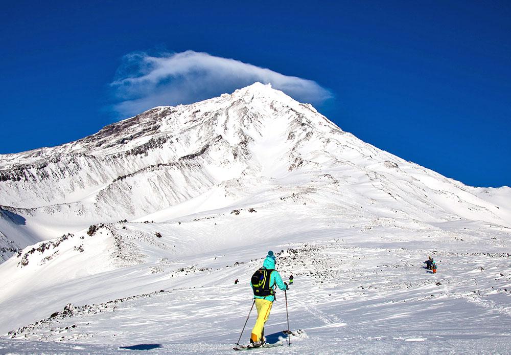 Le groupe des volcans Avatcha se situe dans l'Extrême-Orient russe, près de la ville de Petropavlosk-Kamtchatski (dans la péninsule du Kamtchatka, à 11 900 km de Moscou). Ce groupe est composé de cinq volcans géants, dont trois sont éteints et un seul est en activité.