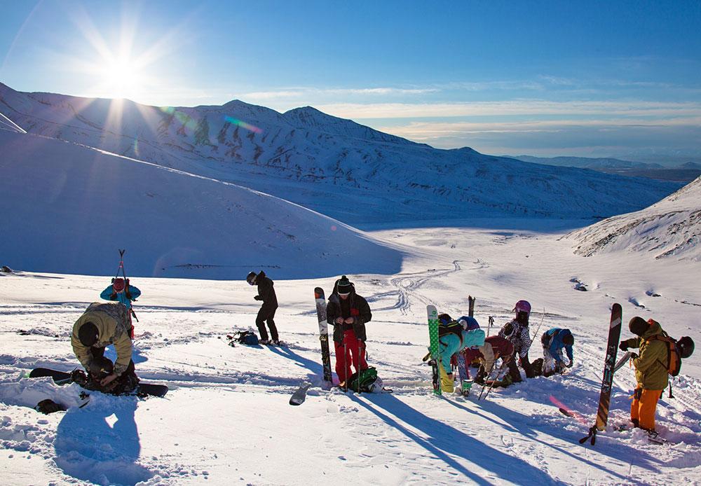 Les montagnes du Kamtchatka offrent un relief varié : on est toujours surpris de voir un autre paysage apparaître au détour d'une corniche ou sous un angle différent. Partir pour une expédition en ski-alpinisme dans les montagnes permet de découvrir de nouveaux paysages hivernaux.