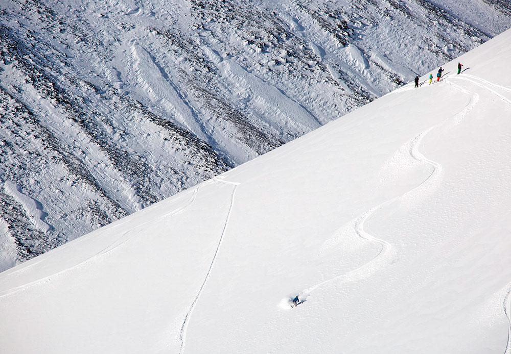 Le volcan Avatchinski, qui a donné son nom à la chaîne de volcans, est lui aussi en activité. On peut souvent observer de la vapeur et des gaz s'échapper du cratère. En général, il faut 6 heures pour atteindre le cratère en ski-alpinisme.