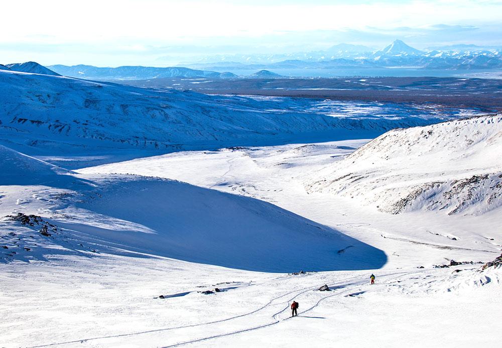 Les volcans sont visibles depuis presque n'importe quelle partie de la ville. Ces sites naturels attirent les touristes autant en hiver qu'en été. Le ski de randonnée, sport d'hiver très apprécié en Europe, ne cesse de gagner en popularité auprès des habitants de la région.