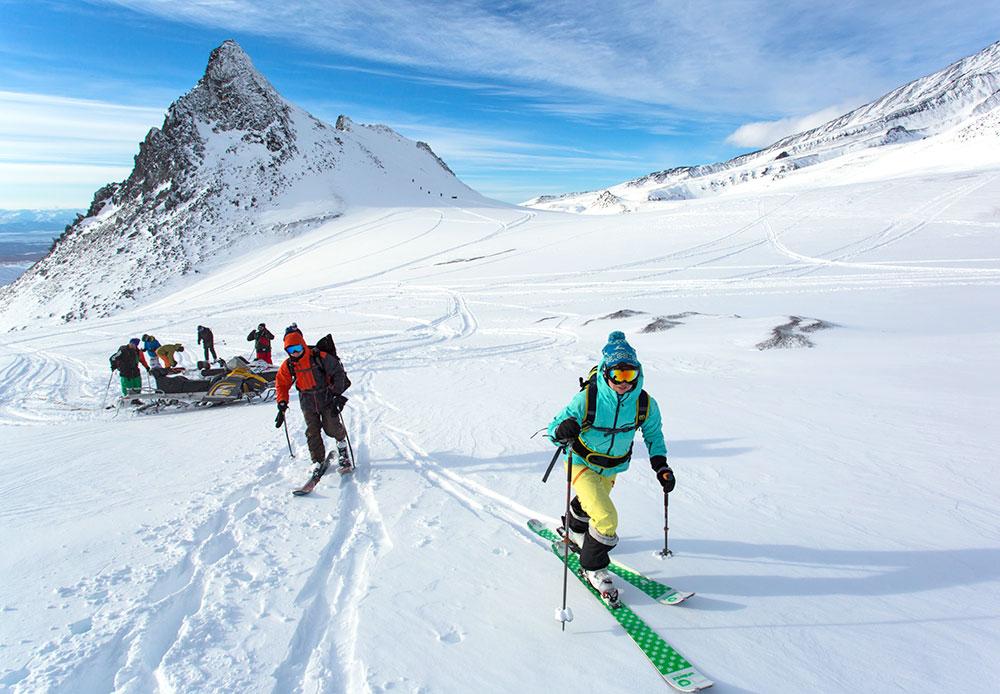 Le ski de randonné, aussi appelé ski-alpinisme, permet d'accéder aux pentes montagneuses dépourvues de remontées mécaniques ou de téléphériques. Vous pouvez même vous rendre dans les endroits les plus reculés de la péninsule. Le Kamtchatka offre aux touristes à ski des paysages magnifiques à perte de vue et très variés.