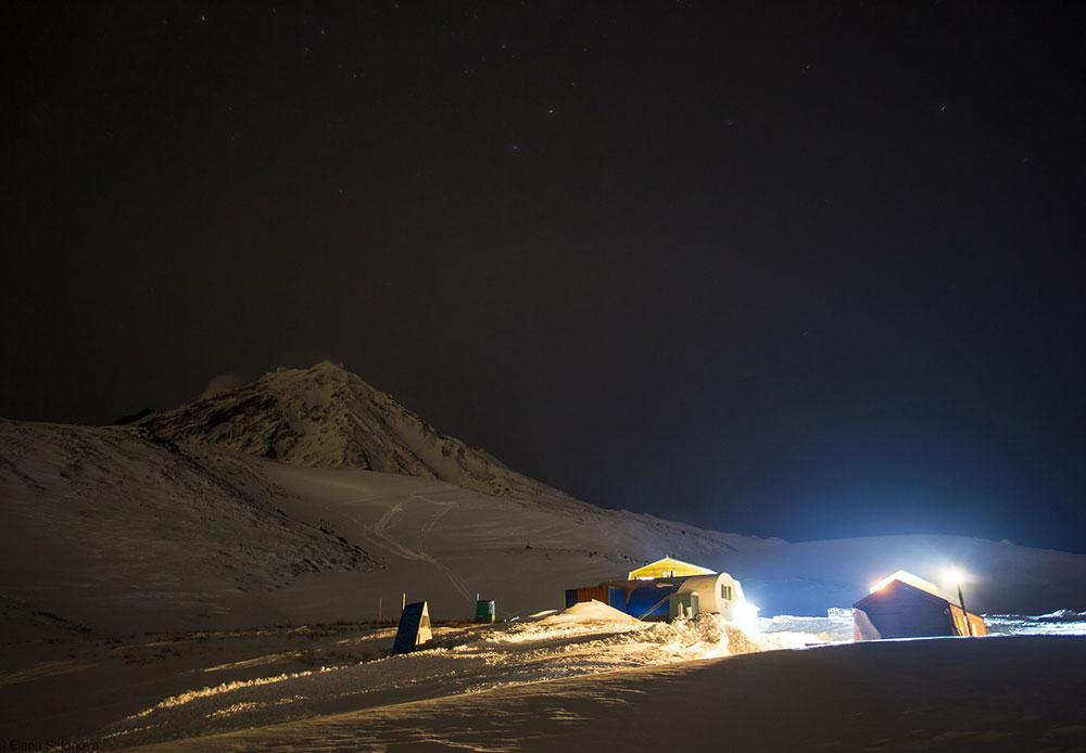 L'ascension du Koriakski et de l'Avatchinski débute au camp de base, où l'on trouve un hébergement pour les touristes. Bien que l'on trouve nombre de sources chaudes à travers la péninsule, il n'y en a pas ici. On y trouve néanmoins d'authentiques banias russes.