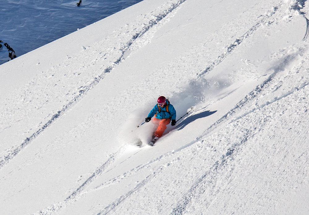 Par temps clair, la visibilité dépasse les 100 km. En général, les touristes à ski gravissent le volcan Koriakski jusqu'à environ 2000 m. Au-delà de cette altitude, les pentes escarpées rendent l'ascension assez difficile. Mais la descente est un vrai plaisir!