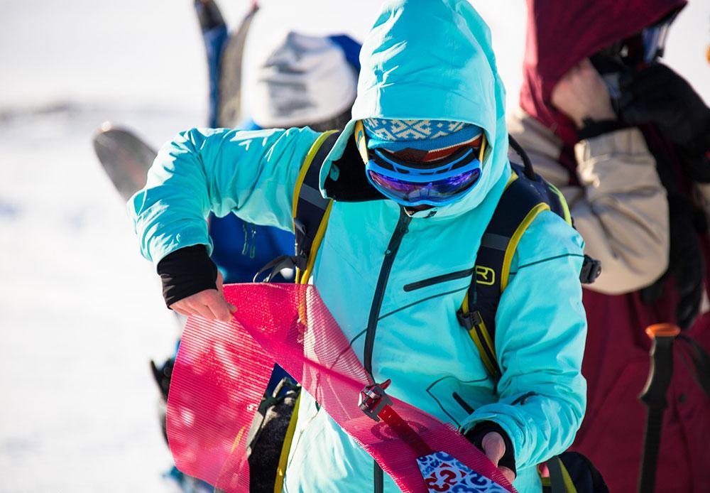 Pour skier sur des pentes comme celles-ci, il faut soit être accompagné d'un guide de montagne expérimenté ou suivre un entraînement spécial. Cette zone comporte - entre autres - un risque réel d'avalanches. Les skieurs emportent donc non sans raison un équipement contre les avalanches : des pelles, des balises, et un sac à dos avec de quoi se ravitailler.