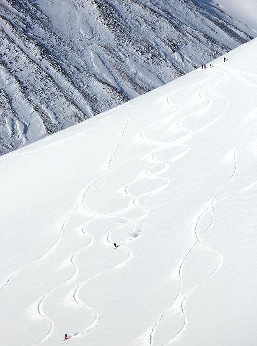 Chaque année, les mordus de hors-piste affluent de diverses régions de Russie et de l'étranger vers le Kamtchatka. Outre les paysages sublimes des montagnes, de nouveaux défis y attendent les skieurs, lesquels peuvent ainsi parfaire leur technique.