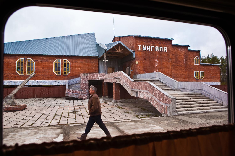 アムール州のヴェルフネゼイスクには空っぽの大規模な病院がある。この村が出来た当時、4万人の住人が想定されていた。今となってはこの病院は小綺麗だけれど時代遅れな老女の様である。4人の勤務医と3人の患者がいる。