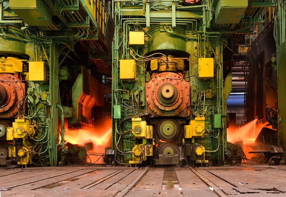 Метал се даљом обрадом излива у челични лим коришћењем посебне машине за ваљање. Дебљина челичне траке се смањује сваким прелазом машине преко њене површине. Челичне траке се померају дуж транспортера чија се брзина креће око 40 km/h.
